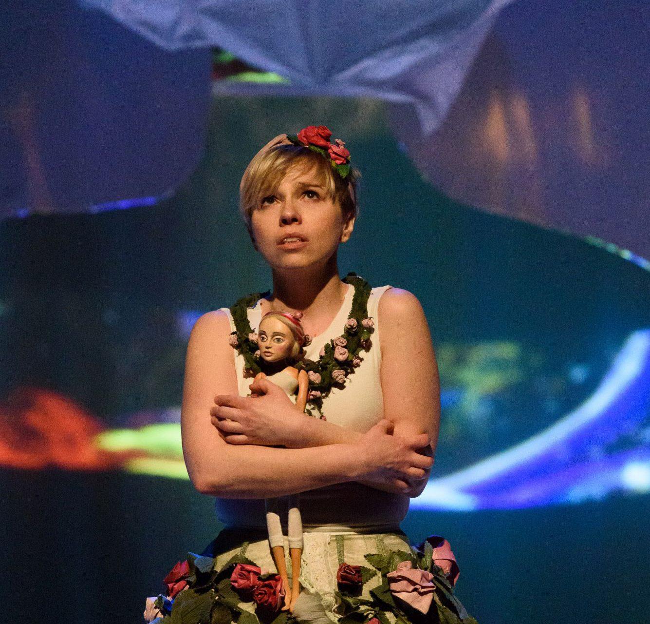 Aktorka - Calineczka z lalką
