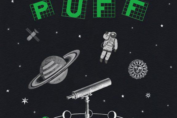 Plakat z napisem Wielkie Gorące Szybkie Puff. Na czarnym tle teleskop a wokół fazy księżyca, planeta saturn, astronauta i satelita.