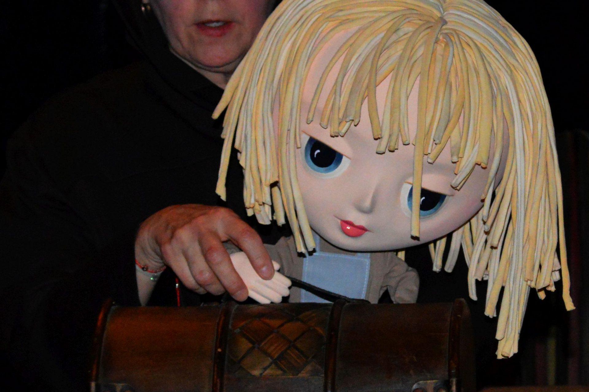 Zdjęcie robocze. Aktorka z lalką Kopciuszka